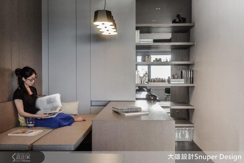 用軌道為書桌預留可挪動的範圍,向外推開桌面,將兩張長椅合併,立刻變身一個人專屬的臥榻休憩區。(圖/設計家Searchome提供)