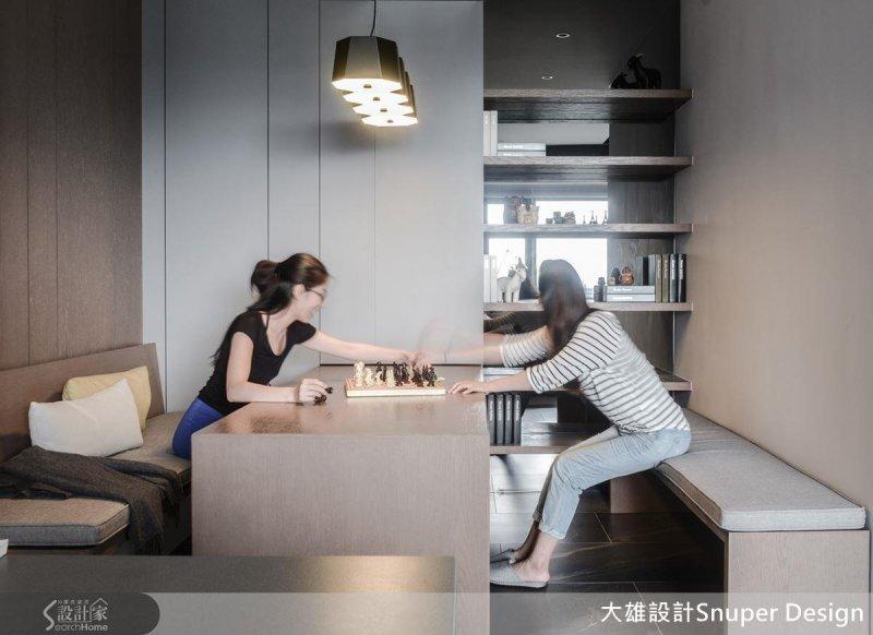 如果有親友來訪,將長椅移到書桌另一側,還能有款待客人的充裕空間。(圖/設計家Searchome提供)