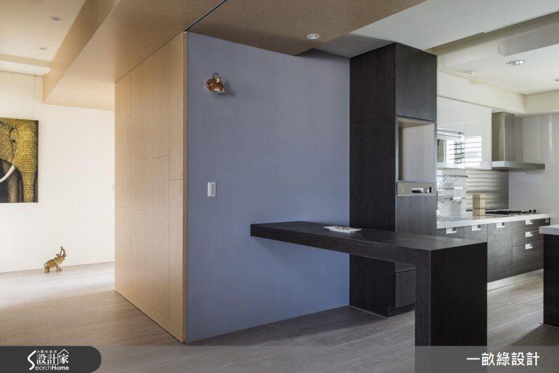 可自由伸縮的桌面,可以做為用餐的餐桌檯面,下廚時也能延伸較大的備餐空間。(圖/設計家Searchome提供)