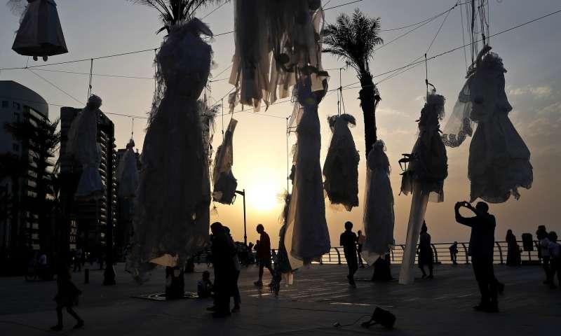 黎巴嫩人權團體阿巴德(ABAAD)以上吊的白紗,試圖喚起大眾對「刑法522條」的注意(AP)