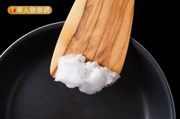 椰子油的飽和脂肪酸比例高達73.2%,長期大量攝取飽和脂肪酸,可能造成血管阻塞。(圖/華人健康網提供)