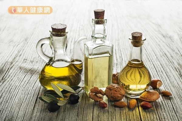 無論是苦茶油、橄欖油或芝麻油,盡量選擇冷壓初榨的油品,保留的多酚和抗氧化成分較多。(圖/華人健康網提供)