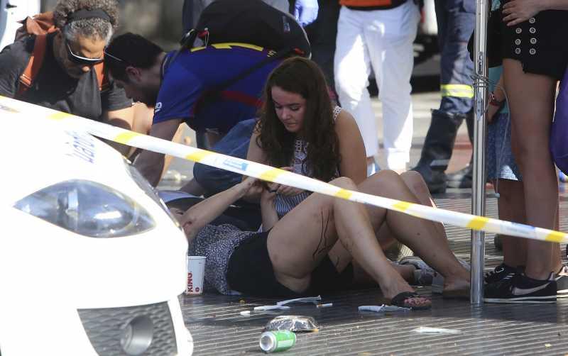 西班牙大城巴塞隆納17日下午發生貨車衝撞人群的恐怖攻擊,造成慘重傷亡(AP)