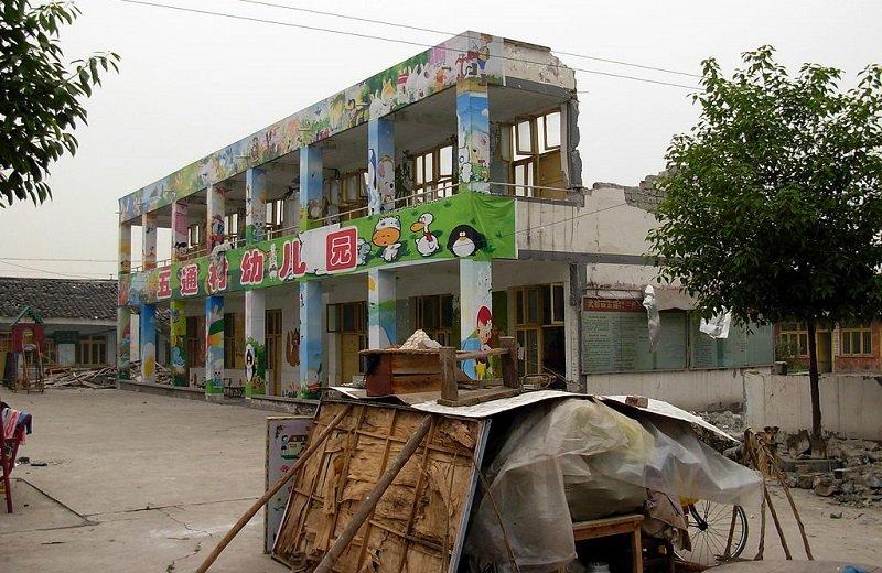 毀於地震的四川江油五通村幼兒園,其校舍建築質量招致廣泛質疑,攝於2008年5月17日。(江油地震/維基百科)