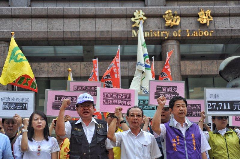 20170818-基本工資審議委員會,勞工團體會前於勞動部前召開記者會。(甘岱民攝)