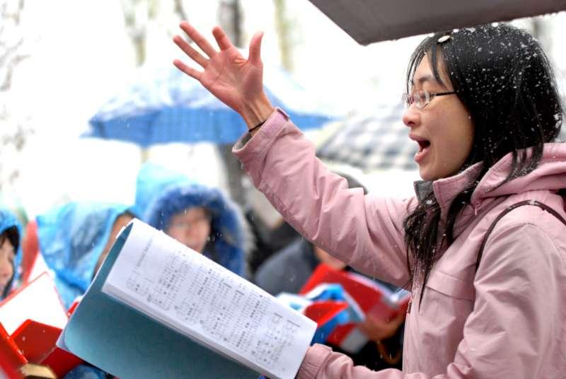 在北京家庭教會守望教會2009年被從敬拜場所驅趕後,一名婦女在一次戶外敬拜中唱聖歌。在官方多年的騷擾後,守望教會於2016年解散。(Freedom House)