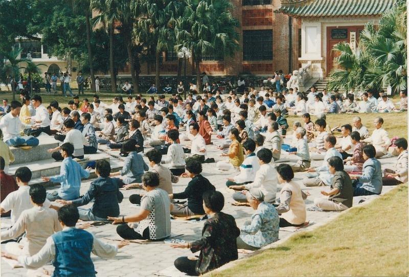 1998年法輪功修煉者在廣州公開打坐,1999年中國共產黨取締法輪功。這樣的集體打坐仍然遭到禁止。(Freedom House)