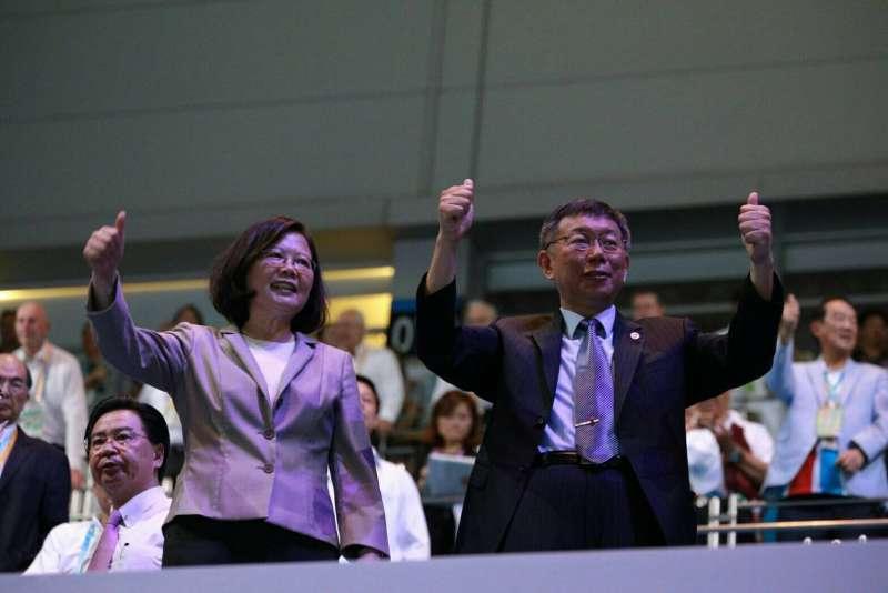 世大運開幕式,總統蔡英文與台北市長柯文哲為選手加油。(台北市政府提供)