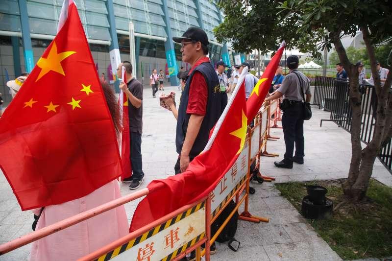 20170819-世大運19日晚間舉行開幕式,統派團體也於場外揮舞五星旗。(顏麟宇攝)