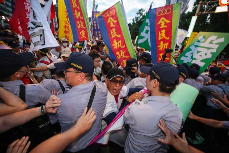 20170819-世大運19日晚間舉行開幕式,反年改團體於總統車隊抵達現場時與員警發生推擠拉扯。(顏麟宇攝)