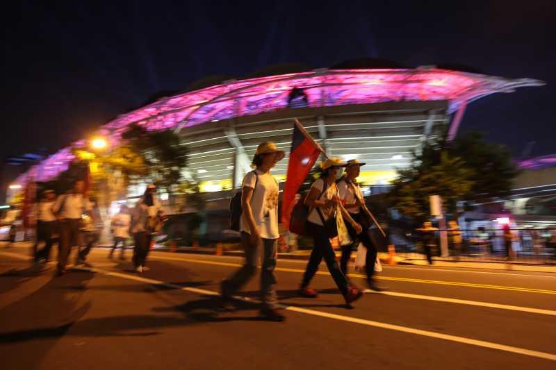 20170819-世大運19日晚間舉行開幕式,反年改團體於會場周邊繞行抗議。(顏麟宇攝)