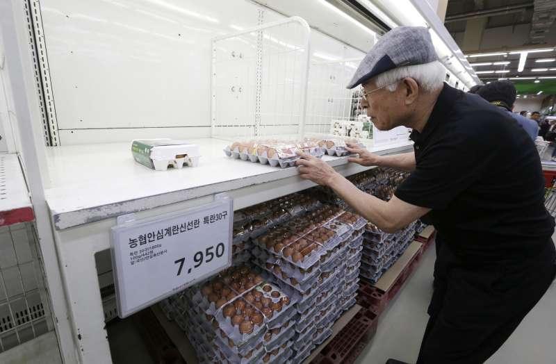 南韓的毒雞蛋風波不斷延燒,選購的民眾顯得小心翼翼。(美聯社)