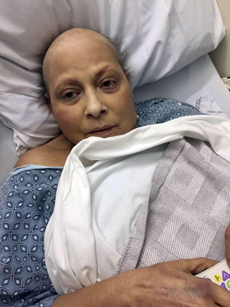 今年63歲的艾奇薇莉亞因為長期使用嬌生的爽生粉,罹患卵巢癌。(美聯社)