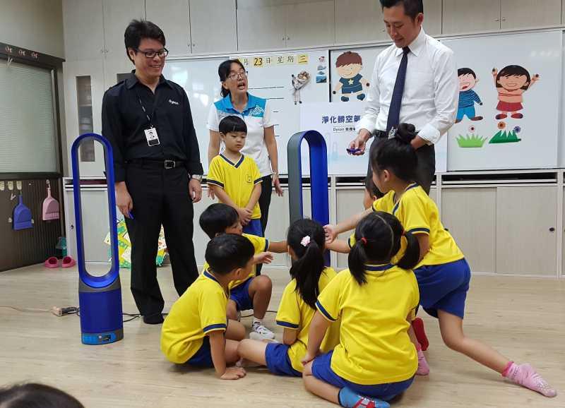 幼兒園小朋友對沒葉片也能吹出好空氣的空氣清淨機,充滿興奮。(圖/方詠騰攝)