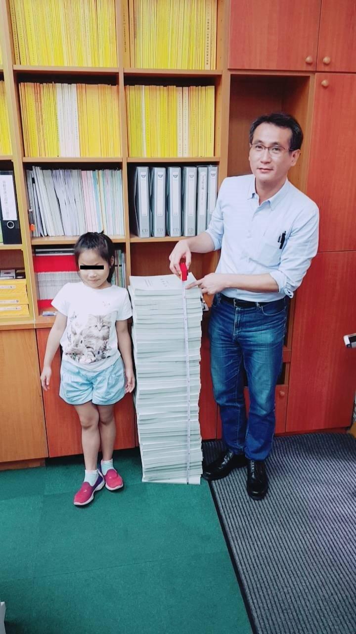 20170823-前瞻預算提案超過1萬案,印刷後104公分高,將近一名國小學童身高。前瞻基礎建設。圖為民進黨立委鄭運鵬(右)。(民進黨團助理提供)