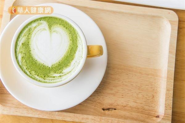 以綠茶或抹茶混搭牛奶,容易讓茶中單寧酸和牛奶中的鈣質結合,形成不容易被消化的物質,進而影響鈣質的吸收。(圖/華人健康網提供)
