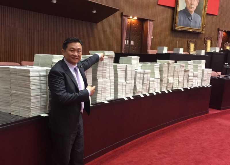 RV國民黨1萬案堆積如山。(王定宇臉書).jpg