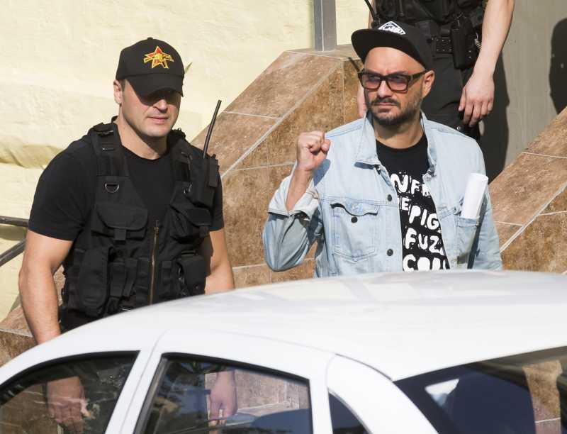 塞雷布瑞尼科夫離開法院時,向支持者致意(AP)