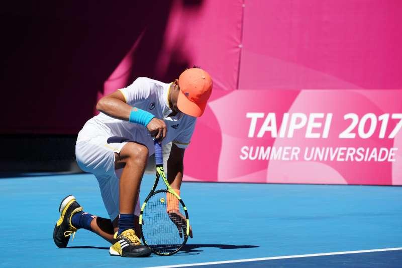 世大運網球男子單打8強賽26日在台北網球中心舉行,中華隊選手李冠毅對上俄羅斯選手打到第3盤,因熱抽筋倒在場上,最後忍痛決定棄賽。(大專體總提供)