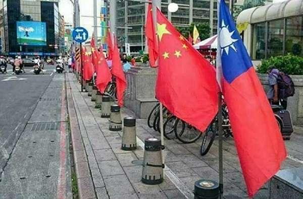 台北街頭中華民國國旗和五星旗並列。(朱孟庠提供)