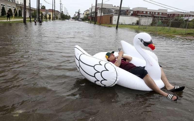 德州目前一片水鄉澤國,圖為民眾在水上漂浮等待協助。(美聯社)