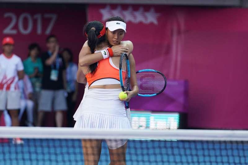 由詹詠然、詹皓晴姊妹搭配的女子雙打組合,以6:1、7:5擊敗泰國汪婷枈(Wongteanchai)姊妹檔,奪下女雙金牌,比賽後詹家姐妹擁抱。。(大專體總提供)