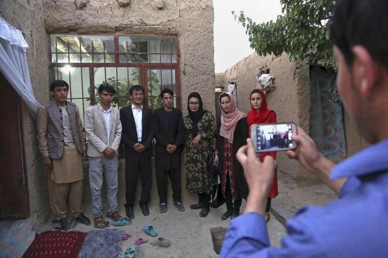 阿富汗女性爭取使用姓名的權利,部分男性也加入響應。(美聯社)