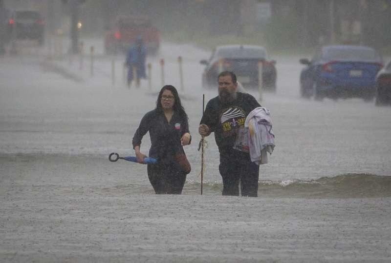 颶風哈維侵襲德州,帶來暴雨和水災,當地居民紛紛疏散。(美聯社)
