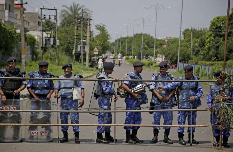 印度宗教領袖拉辛性侵案29日宣佈判刑,警方嚴加戒備,深怕信眾暴動。(美聯社)