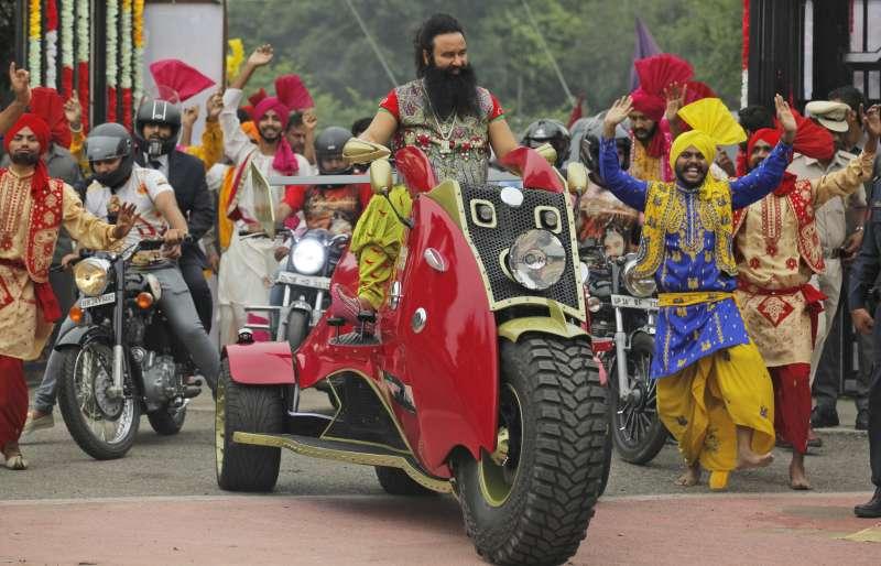 印度宗教領袖拉辛作風誇張,據說擁有6000萬信徒。(美聯社)
