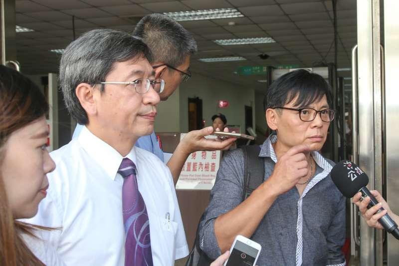 20170829-徐自強聲請刑事補償案訊問庭,左為辯護律師林永頌。(陳明仁攝)