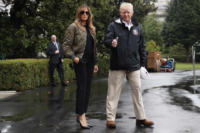 美國總統川普與第一夫人梅蘭妮亞29日前往德州勘災,梅蘭妮亞腳蹬黑色高跟鞋,遭到許多網友批評(AP)