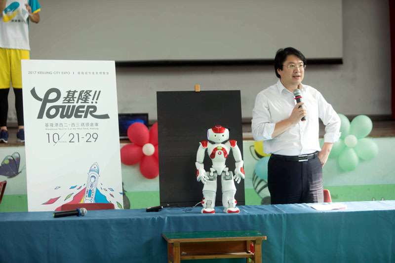 基隆市長林右昌與機器人、幼兒互動,要小朋友快樂學習成長。(圖/張毅攝)