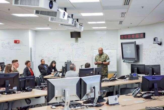 國防情報局局長斯圖亞特中將8月2日與業界和學界討論人工智慧和機器學習。(美國之音)