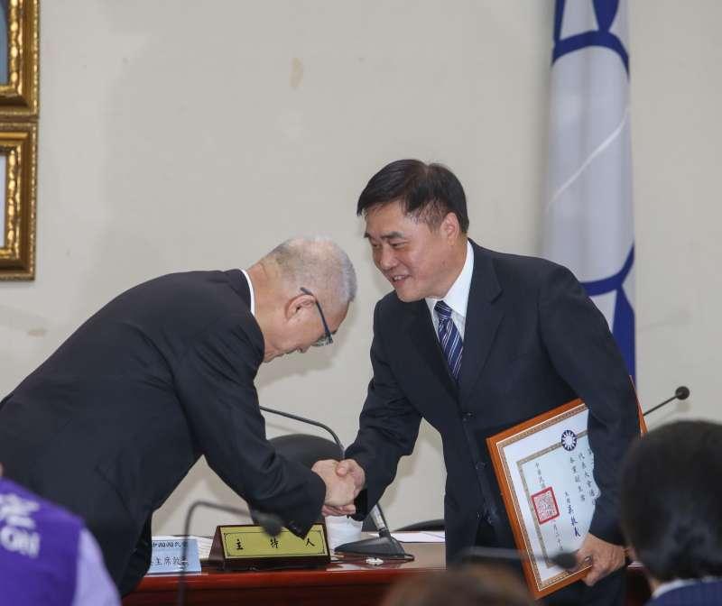 20170830-國民黨主席吳敦義上任後首次主持中常會,他頒任命証書給副主席郝龍斌  。(陳明仁攝)