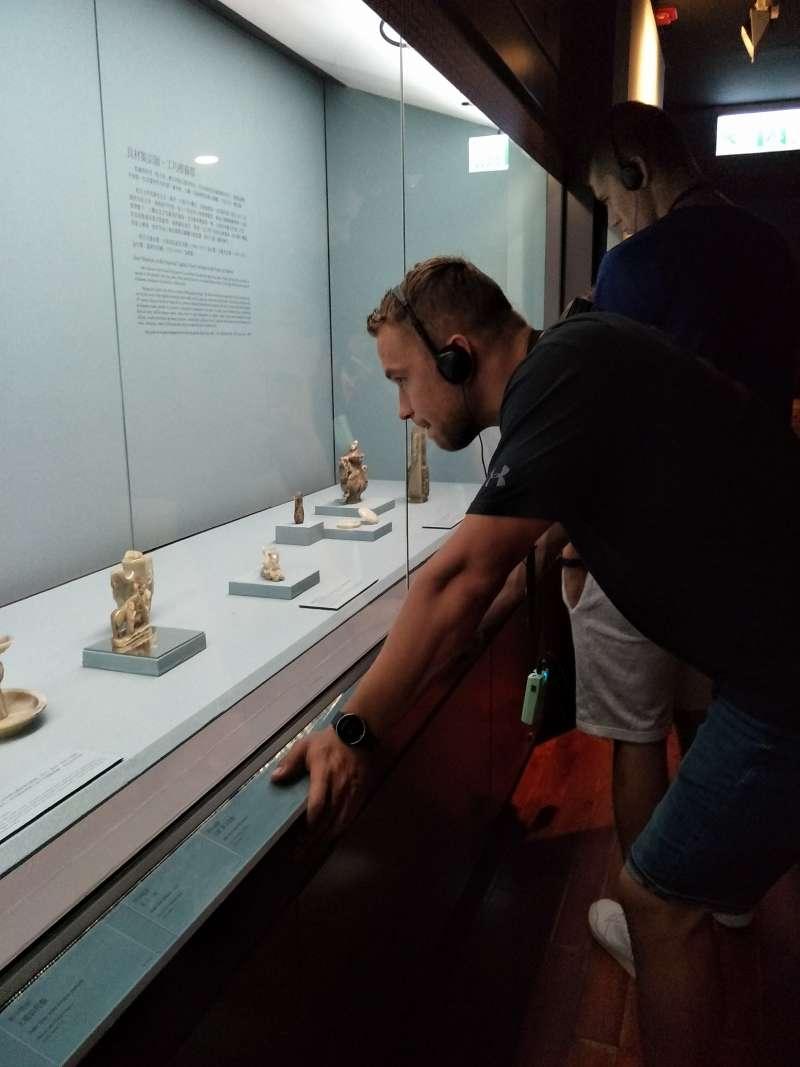 故宮瑰寶讓外國選手看得目不轉睛。(取自北市觀傳局)