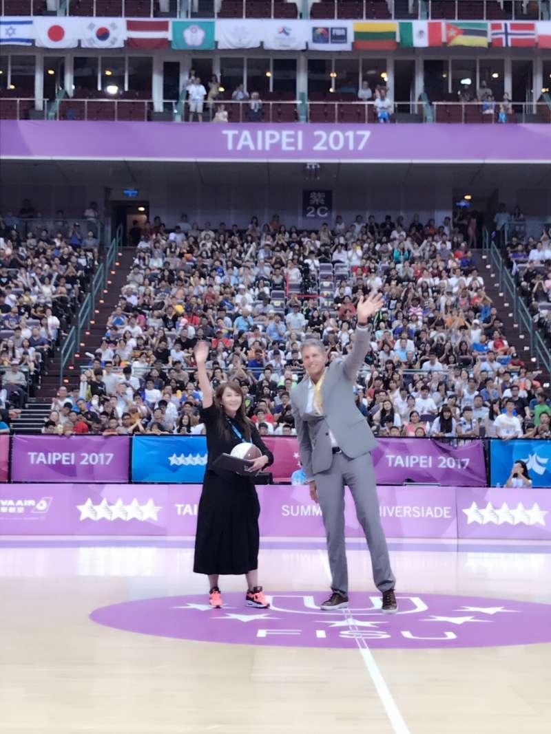 20170830美國代表團副團長Nels Hawkinson特別邀請觀傳局簡局長出席,並致贈一個球星簽名籃球。(取自北市觀傳局)