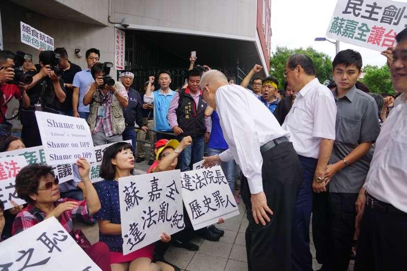 20170830-大批國民黨支持者前往立法院群賢樓外聲援斷食立委,熱情地與吳敦義握手。(盧逸峰攝)