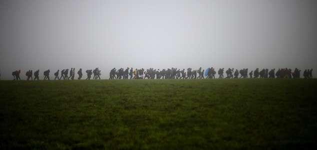 2015年10月15日,一群難民從奧地利步行進入德國(AP)