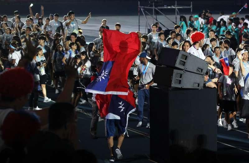 世大運閉幕表演,阿根廷選手進場,披著國旗。(蘇仲泓攝)