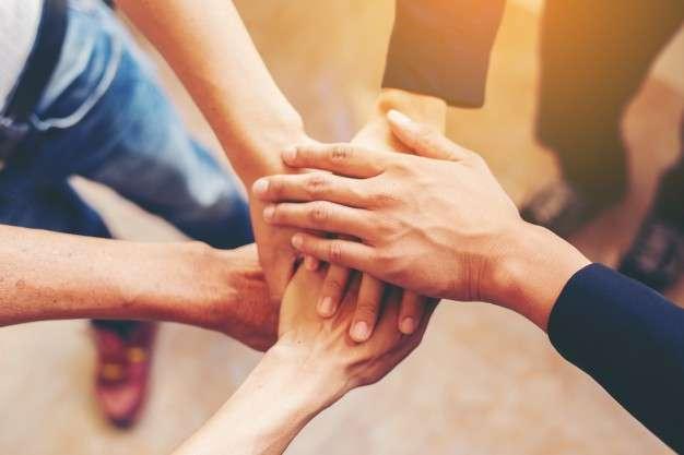 藉由EMBA敲開人脈大門,透過課堂上的小組討論、互相交流,同時建立橫向跨界人脈。(圖/jcomp@freepik)