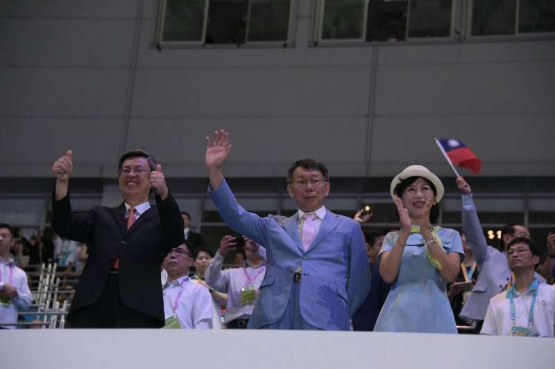 副總統陳建仁、台北市長柯文哲(中)與夫人陳佩琪,一同在台北世大運閉幕式上,謝謝每一位參加者。(台北市政府提供)