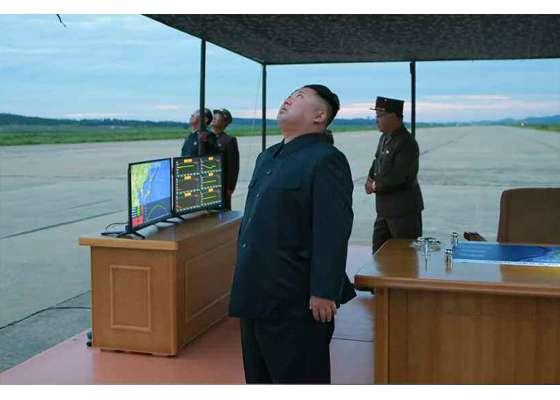 金正恩視察火星12型飛彈試射。(勞動新聞)