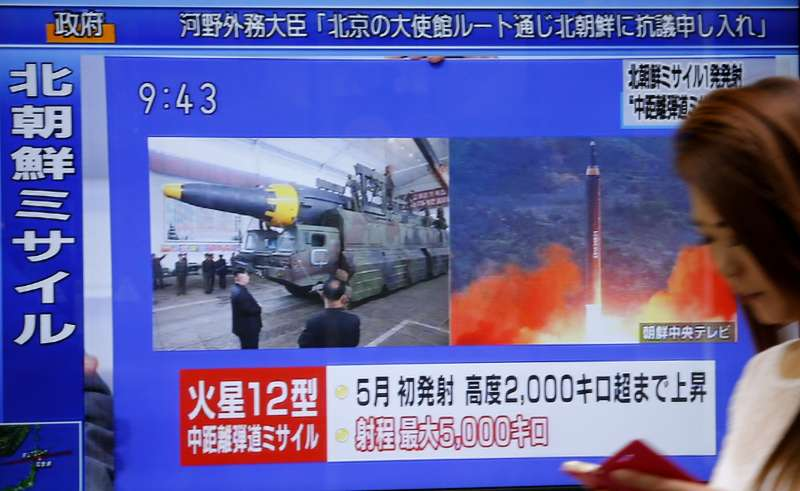 日本新聞報導北韓發射火星-12型飛彈。(美聯社)