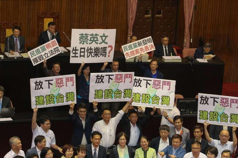20170831-立法院臨時會最後一天,國體法趕在台灣英雄大遊行前三讀通過,國民黨立委仍為之前的前瞻法案抗議,執政黨則舉放下惡鬥回應。(陳明仁攝)