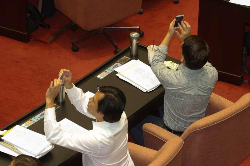 0170831-立法院臨時會最後一天,國體法趕在台灣英雄大遊行前三讀通  過,唯一支持「國家」名稱的時力黨團無力回天,黃國昌和徐永明拍下  記名表決記錄。(陳明仁攝)