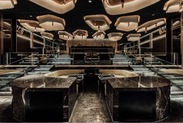 因其前身為戲院,成就了 KOR Taipei 獨特的挑高階梯式設計,更配備 VOID acoustics 的特製版頂級音響,時尚的氛圍吸引許多人慕名而來。(圖/明日誌MOT TIMES提供)
