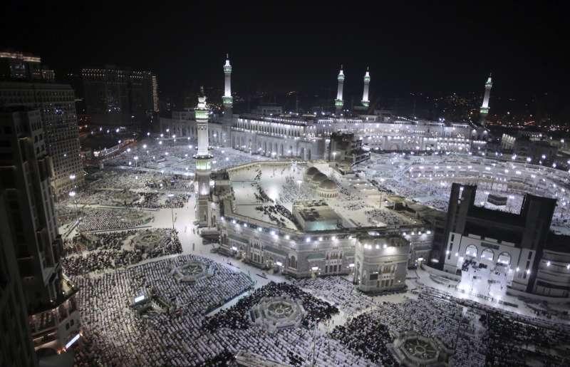 2017年8月30日,伊斯蘭教朝覲在麥加登場,圖為麥加大清真寺夜景。(美聯社)