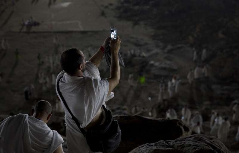 2017年8月30日,伊斯蘭教朝覲在麥加登場,一名朝覲者以手機自拍留念。(美聯社)