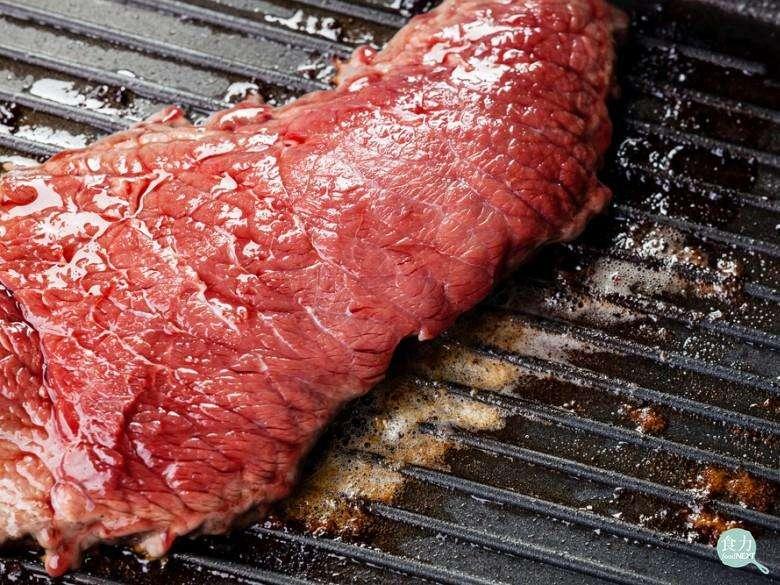 豬肉中可能會有豬旋毛蟲與豬肉絛蟲的寄生,目前尚未有特別的處理方式,所以一定要煮熟後再吃;牛肉的寄生蟲透過冷凍處理可以避免,所以牛排可以吃三分熟。(圖/食力提供)